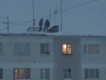 Russian kids jump from the roof